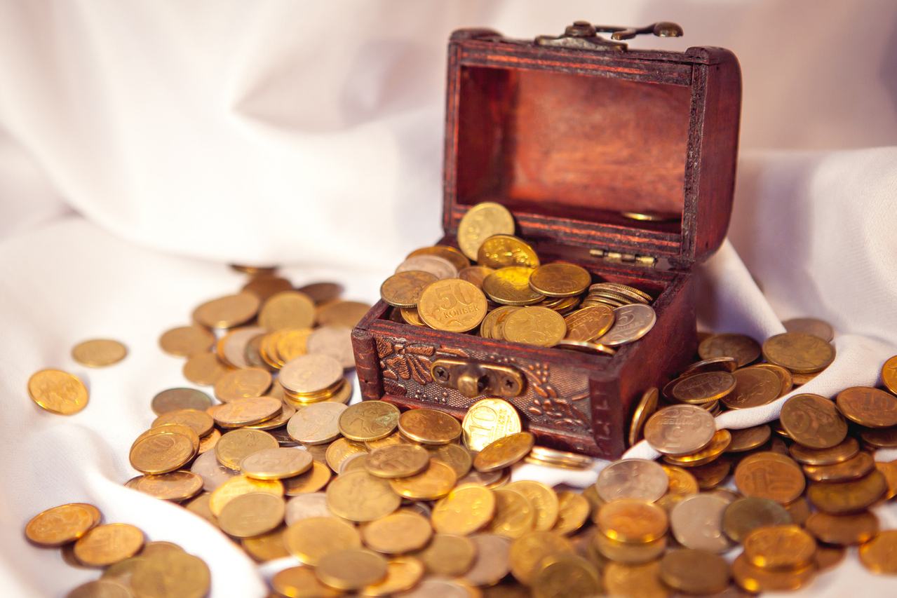 wooden retro treasure chest full of gold coins